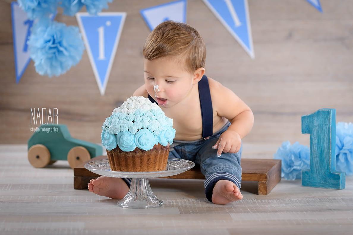 Edoardo si tuffa nella torta