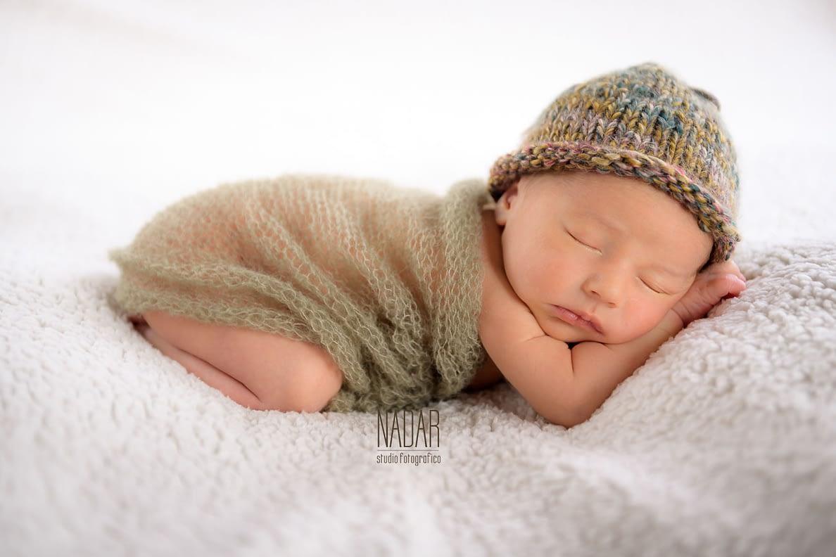 Devién che dorme con una coperta di lana verde
