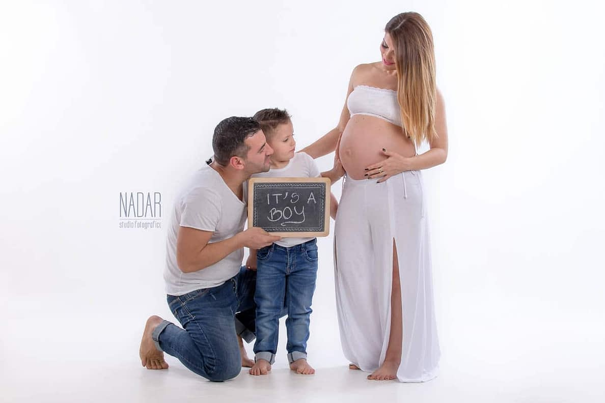Ritratto di famiglia del servizio fotografico maternità di Marsida