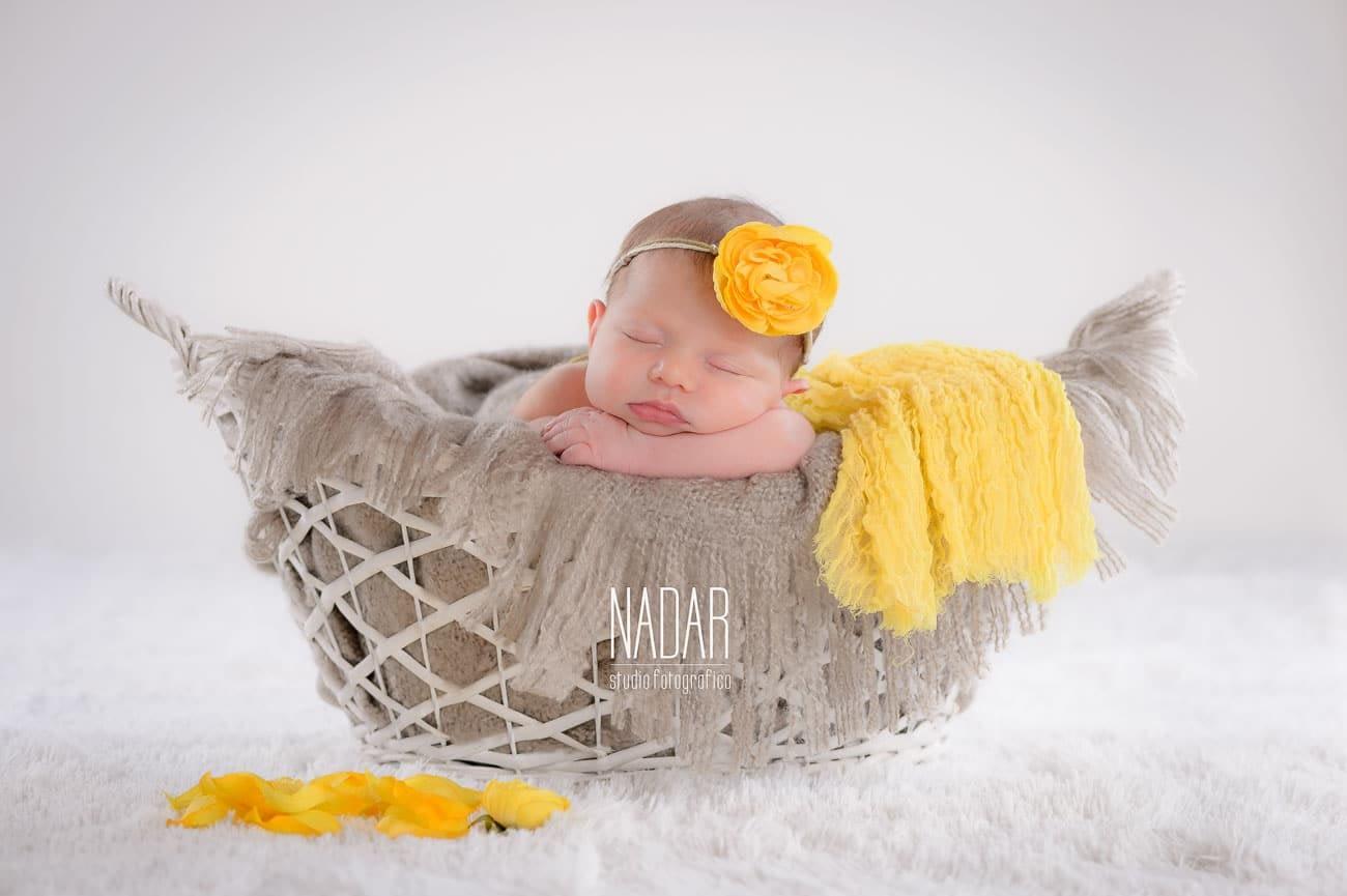 neonata che dorme nel cesto