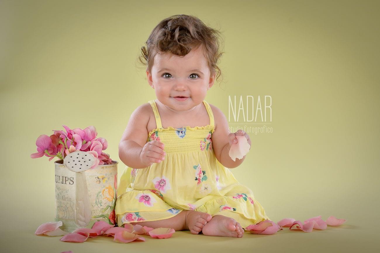 foto bambina con fiori