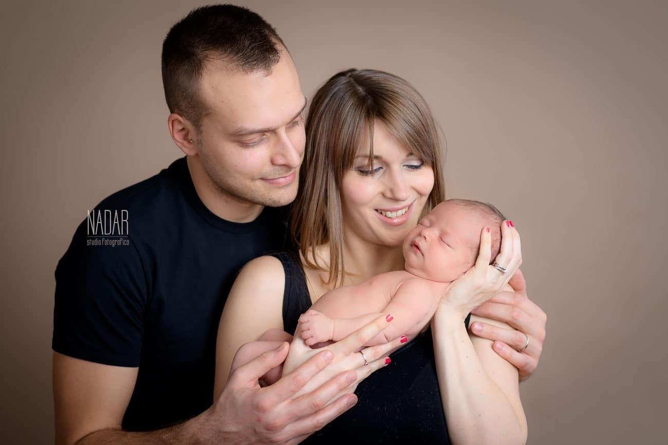 famiglia durante un servizio fotografico neonati