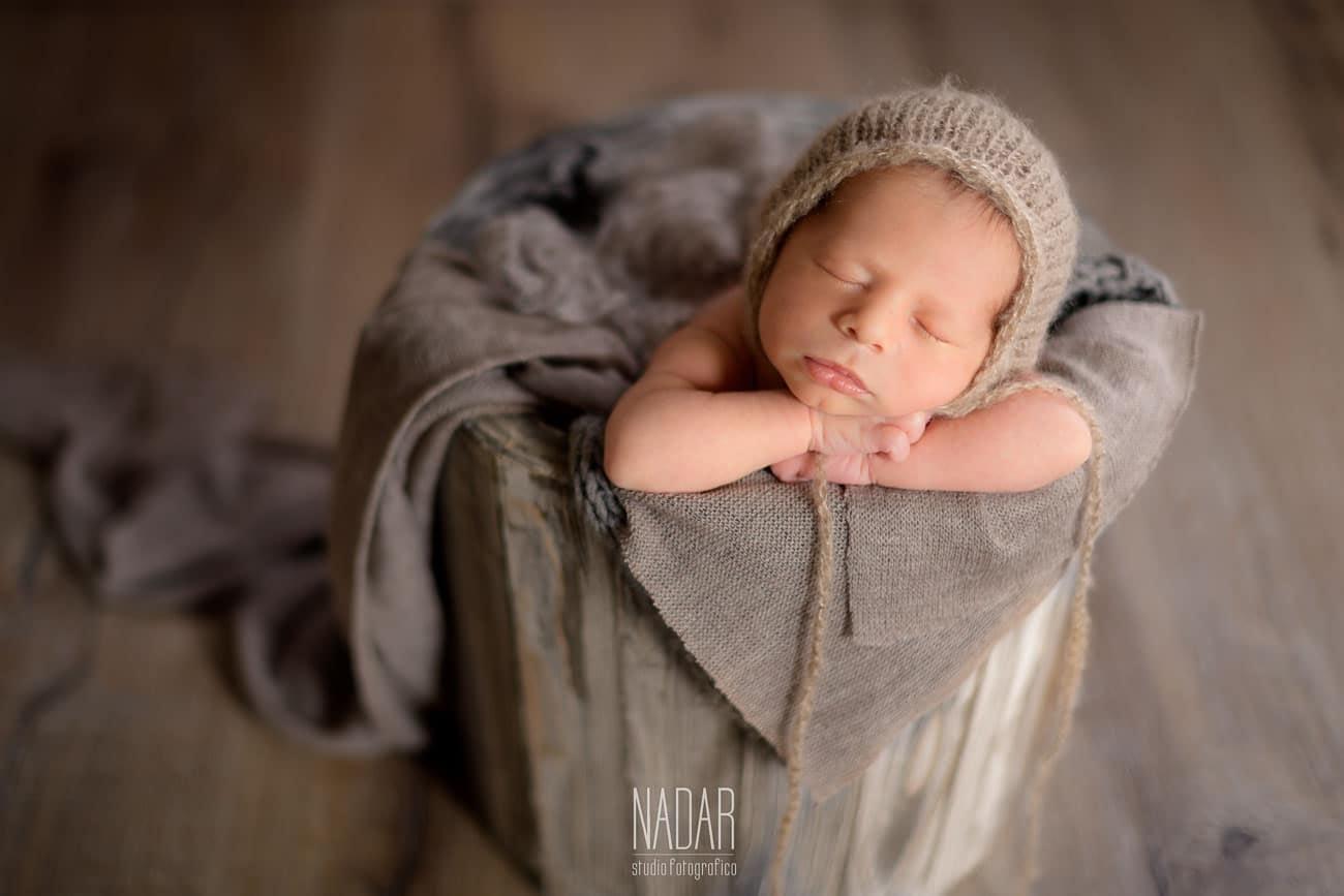 neonato che dorme nel secchio