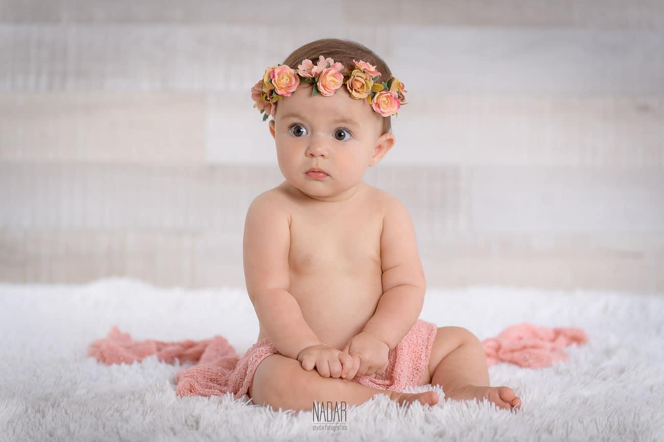 bimba con coroncina di fiori