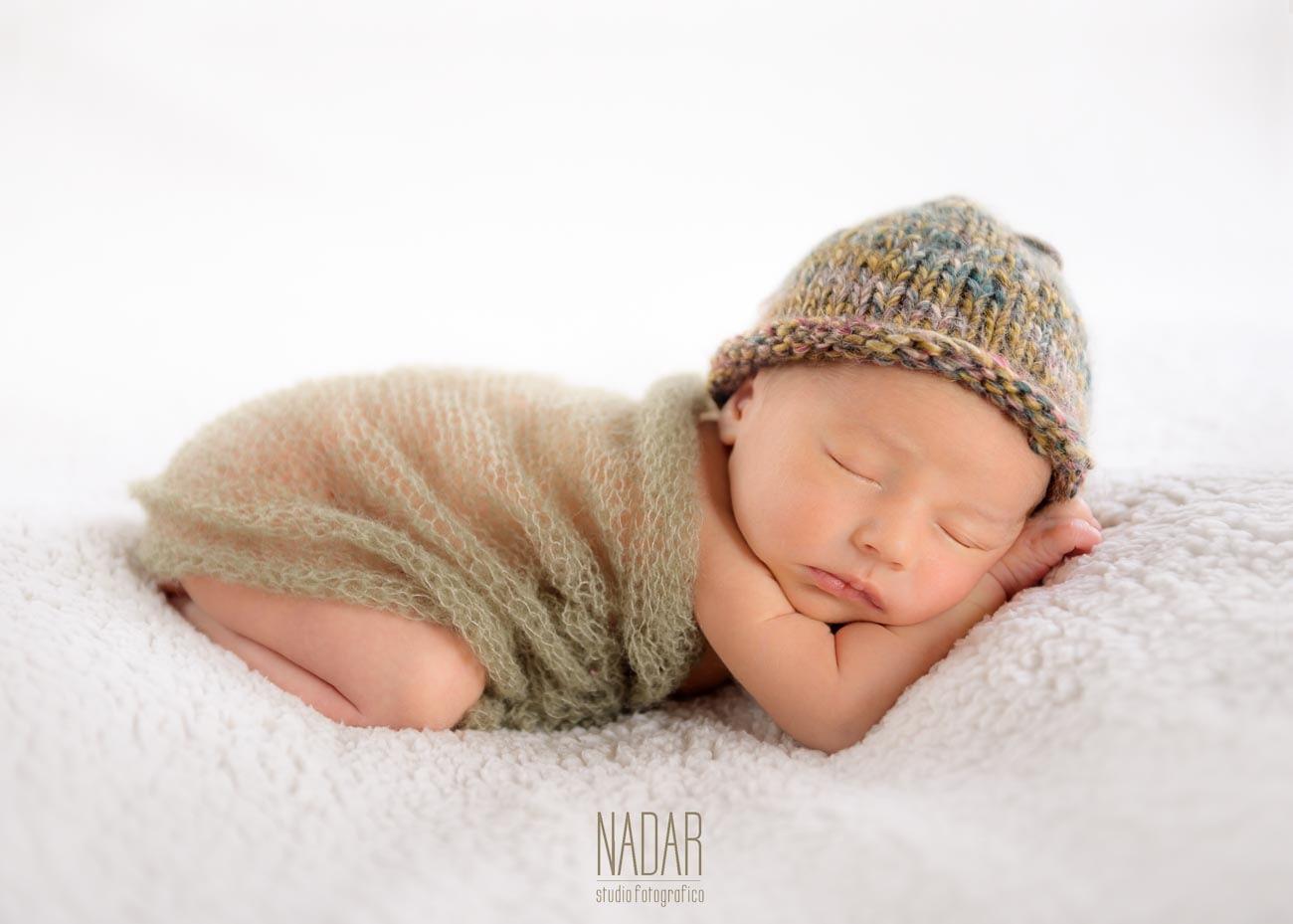 neonato che dorme durante un servizio fotografico