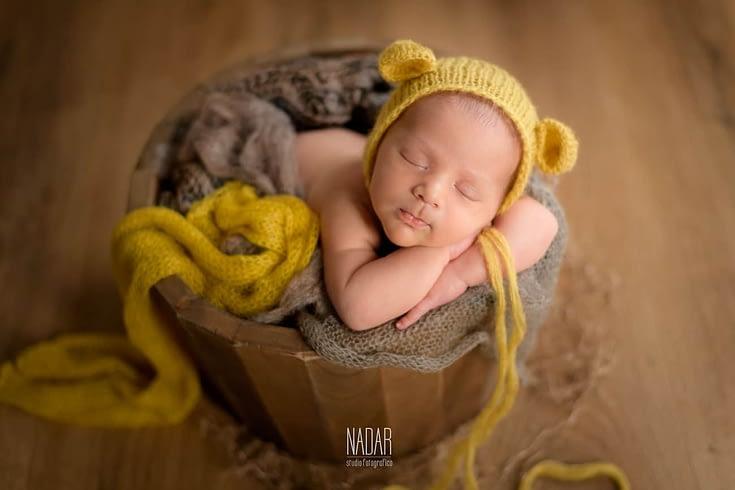 neonato durante un servizio fotografico