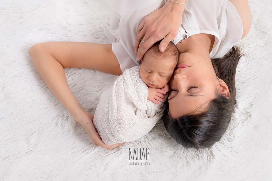 neonato con madre durante il servizio fotografico